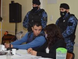 Bustos junto a su defensora. El juicio en su contra, en riesgo. (Foto: Atilio Ortiz / Agencia Jornada Esquel)