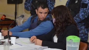Consulta. Cristian Bustos en plena consulta con su defensora pública, Valeria Ponce, en la audiencia.