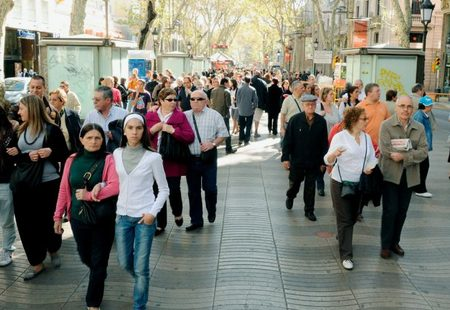 Sustainablecom barcelona picture 3 people walking in la rambla 768x432