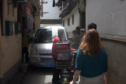 KFC delivery moped vs minivan in a very narrow alley