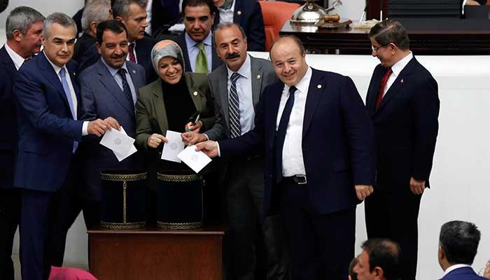 Kendisine oy kullandırılmayacağını öğrenen Davutoğlu, poz vermeyerek milletvekillerini protesto etti.