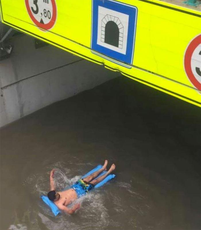 """Sel sularında amansızca keyif çatan vatandaş: """"İnsanlar alt geçidin dolu tarafından bakamıyor."""""""