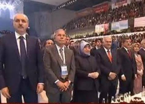 Erdoğan'ın mesajı okunurken ellerini bağlamayan Kurtulmuş'un hangi mezhepten olduğu anlaşılamadı.