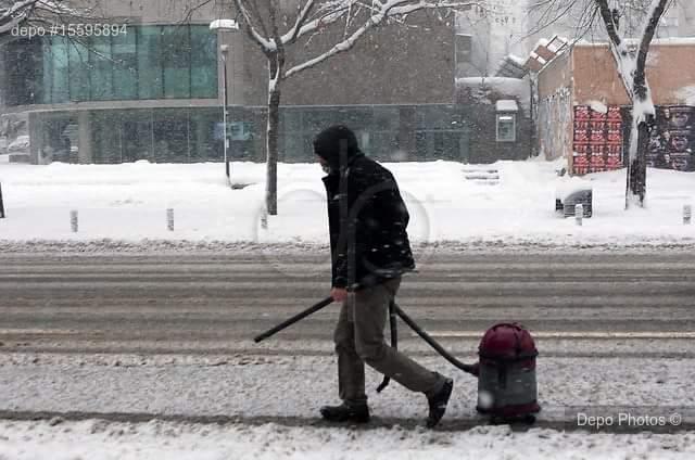 İstanbul'da karla mücadelede yetersiz olan belediyeye halk kendi imkanlarıyla destek veriyor...