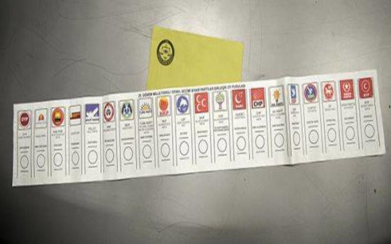 Başbakan Davutoğlu, AKP Üyelerine Aylardır Bedava Origami Kursu Verildiği İddialarını Yalanladı...