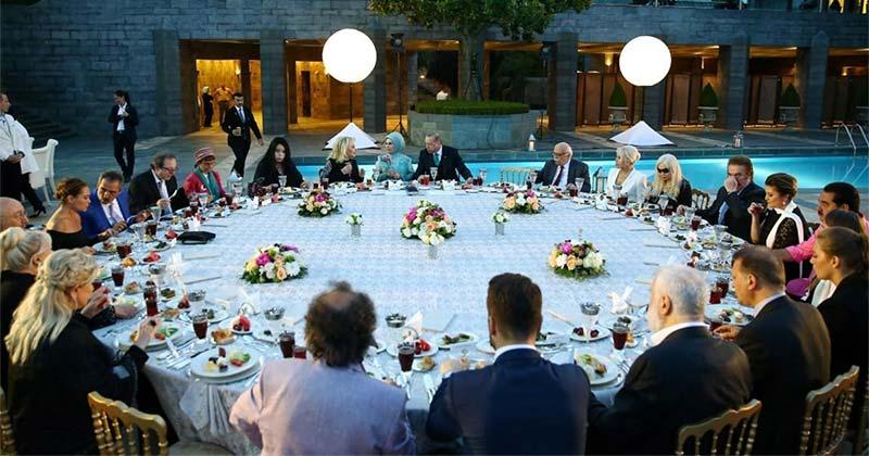 Erdoğan'ın sanatçılara verdiği lüks iftara sponsor olan halkı temsilen sofrada bir koltuk boş bırakıldı...