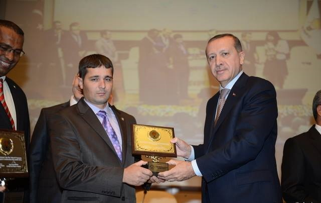 Cumhurbaşkanlığı Kampanyasında Kendisine 100 Bin TL. Bağışladığını Açıklayan Recep Tayyip Erdoğan, 5. Hayırseverler Zirvesi Büyük Ödülü'ne Layık Görüldü