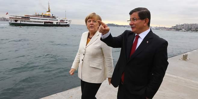 Davutoğlu, Almanya'dan satın aldığı mültecileri misafir edeceği İstanbul kaldırımlarını Merkel'e tanıttı.
