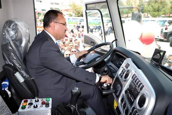 Bekir Bozdağ, yenilenen çöp kamyonları ile teröristlere gözdağı verdi...