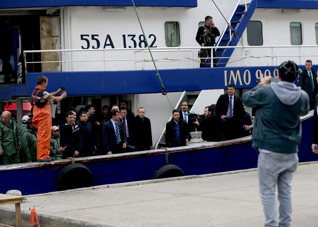 Sarıyer'de balıkçıları ziyaret eden Erdoğan, görev verilirse Avrupa'ya günde kaç mülteci taşıyabilecekleri hakkında da bilgi aldı...