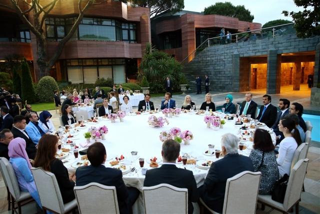 Erdoğan'ın sanatçılarla iftar yaptığı masanın ortasındaki boşluk imara açıldı.