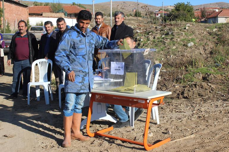 Güzel havayı fırsat bilen Eskişehirliler, Pazar gününü açık havada oy kullanarak geçirdi...