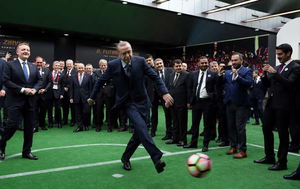 Penaltı sırasında sakatlanan Erdoğan'a, gazilik unvanı verilmesi kararlaştırıldı...