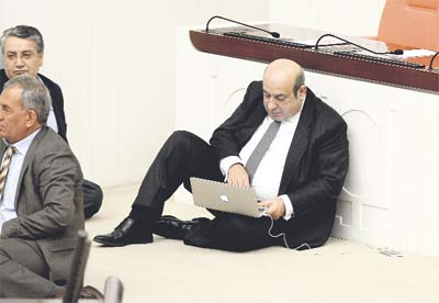 Hasip Kaplan:''Wi-Fi'yi de kesmişler amk...''