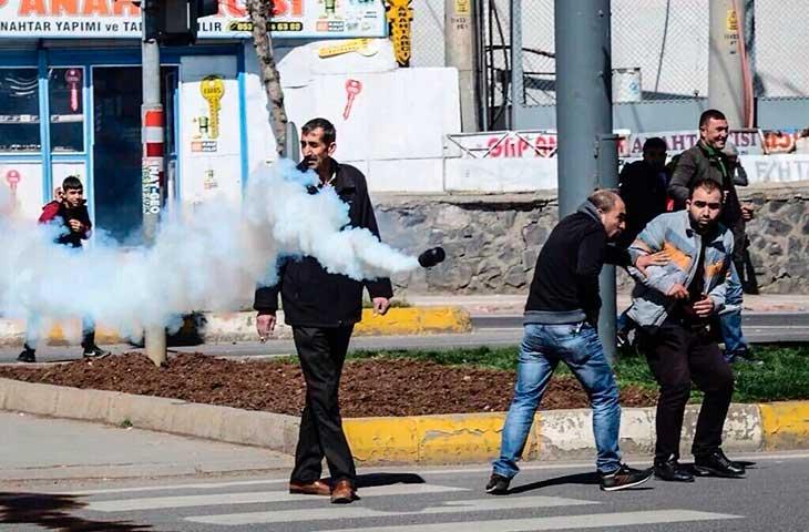 Diyarbakırda kırmızı ışık yanarken  karşıya geçmek isteyen gaz fişeği kısa süreli paniğe neden oldu...