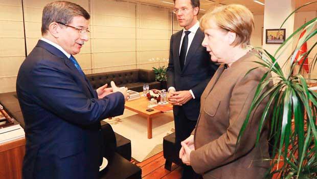 """Merkel: """"Holosko'yu da verelim mi?"""""""