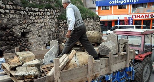 """""""Atalarımızın mezar taşlarını okuyamıyoruz"""" şikayetleri üzerine ilk gezici kütüphane Tokat'ta faaliyete geçirildi."""