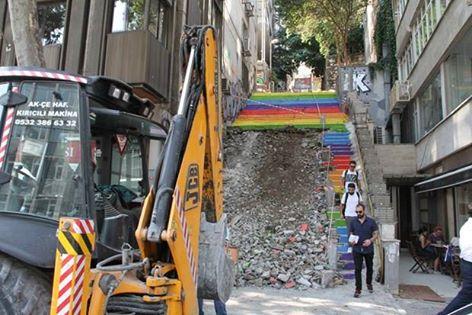 Beyoğlu Belediyesi; mavi basamakların açık griye, sarıların koyu griye, kırmızıların fümeye, morların siyaha boyanarak renkli görünümün bozulmayacağını açıkladı...