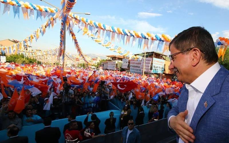"""""""Onlar Konuşur AK Parti Yapar!"""" Sloganını Tekrarlayan Davutoğlu Muhalefete Yüklendi: """"13 Yıldır Tek Bir Yasa Çıkardılar Mı? Tek Bir Reform Yaptılar Mı?..."""""""