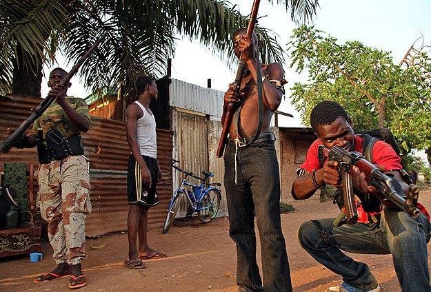 Gabon'da Sivillerle Orduyu Karşı Karşıya Getiren Silahlı Çatışmada Karışıklık Yaşanmaması İçin Ordunun Fosforlu Yeşil Yelekle Mücadele Edeceği Açıklandı...