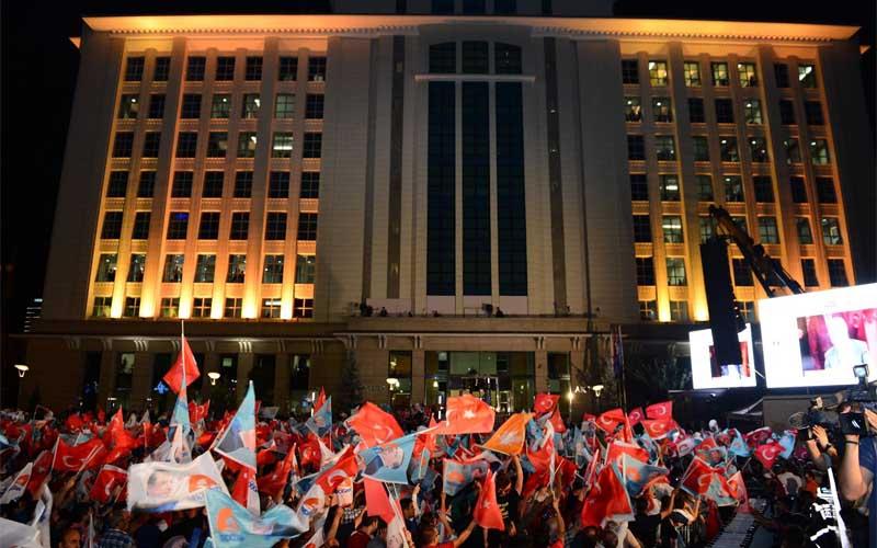 AKP'de Balkon Konuşmasını Kimin Yapacağı Belirlendi: %35 ve Altı Tarım Bakanı, %36-45 Arası Davutoğlu, %45 ve Üzeri Erdoğan..