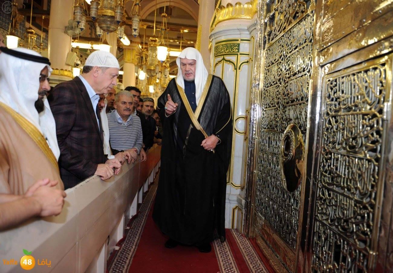 Umre esnasında, gittiği camide hutbeyi okumak için minbere çıkan Erdoğan sert bir dille uyarıldı...