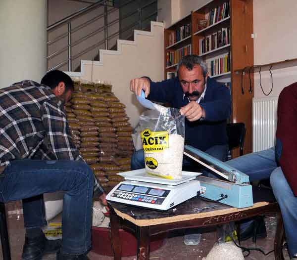 """AA: """"Tunceli'nin Ovacık İlçesi'nde polis, kokain paketlerine gizlenmiş 500'er kilo nohut ve fasulye ele geçirdi..."""""""