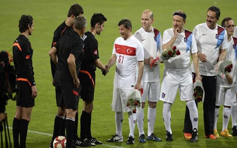 Özel Maçta Gol Şov Yapan Başbakan Davutoğlu, Kısa Forvetin Takım Oyunundaki Önemine Dikkat Çekti...