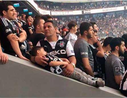 """Şampiyonluk maçında oğlu uyuyan babanın feryadı yürekleri dağladı: """"Bir daha ki şampiyonlukta askerde olabilirsin oğlum!"""""""