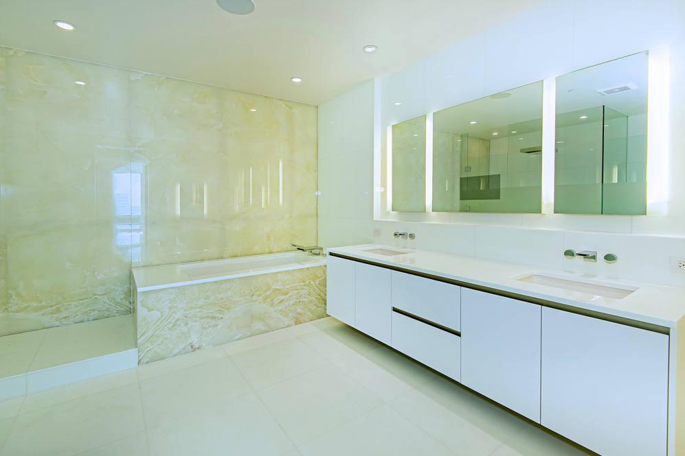 11. master bath tub 1118 ala moana blvd  17a