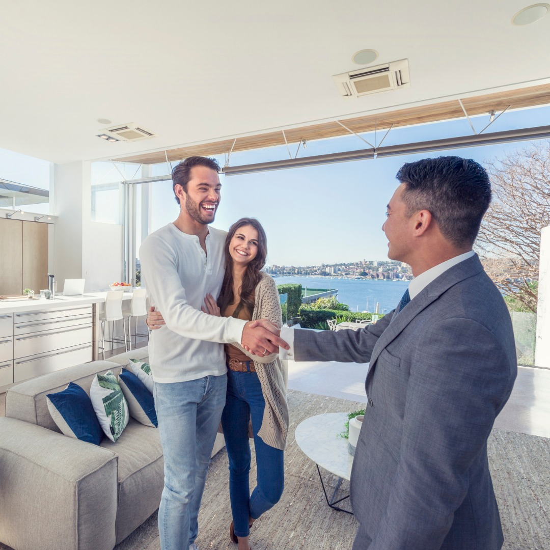 real-estate-agent-with-couple-in-luxury-home-picture-id587782652
