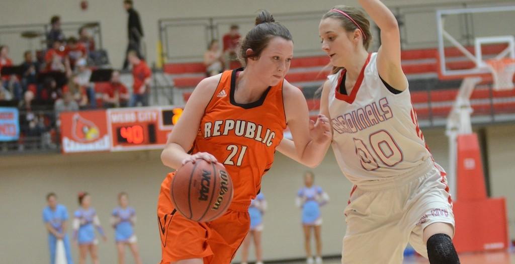 Michayla Shanks drives against Kaylee Beres. (Photo courtesy Tyler Thompson, Republic Monitor)