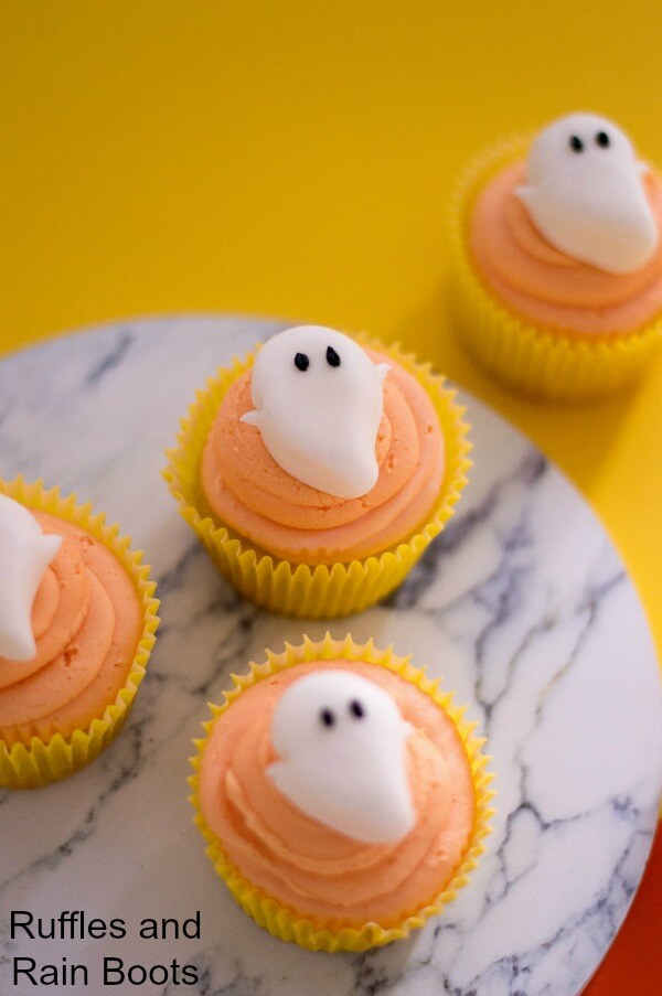 Easy cupcakes with a fondant ghost - perfect for a Halloween movie night!
