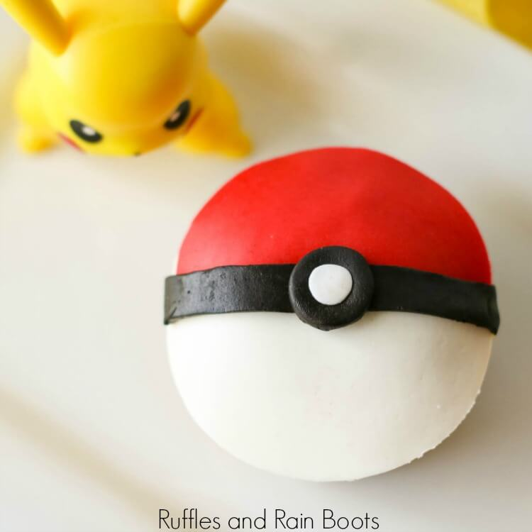 Pokemon Pokéball Cupcakes – A Pokémon Birthday Treat