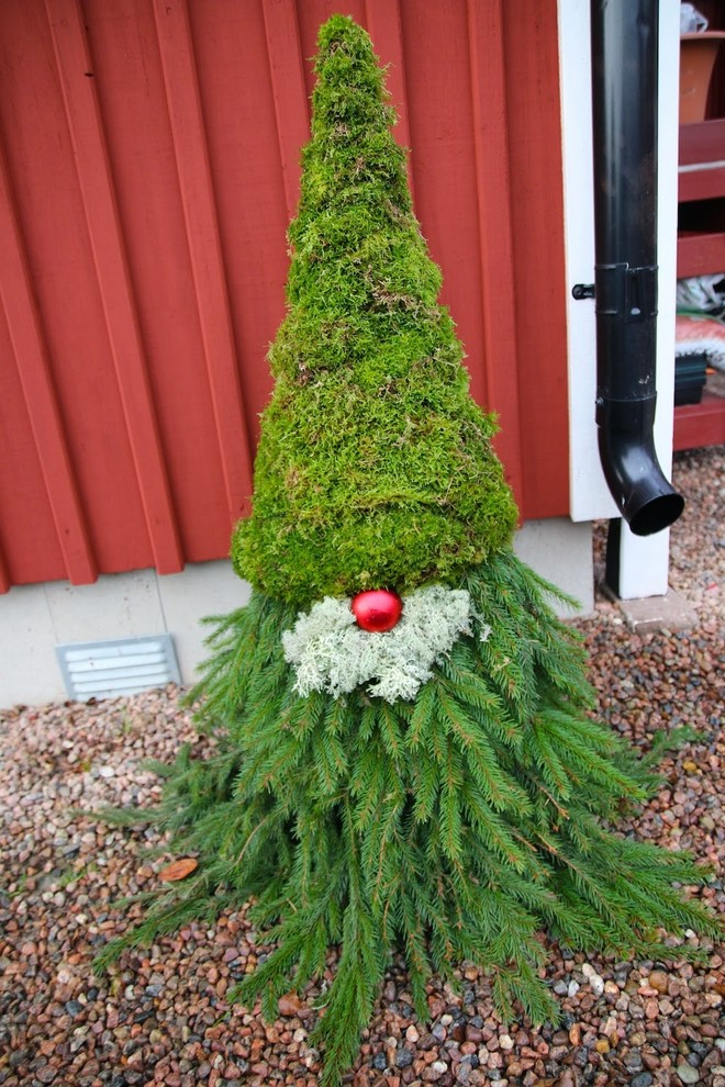 Cheap and easy DIY Christmas yard decorations: Scandinavian gnomes!