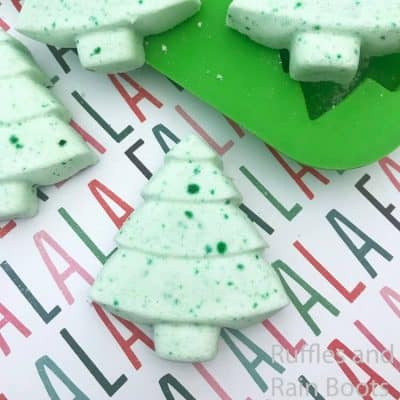 Make these Adorable Christmas Tree Shower Fizzies for Gifts!