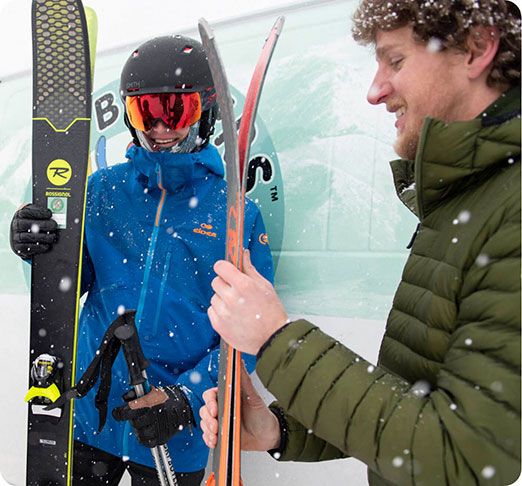 Man and woman with skis