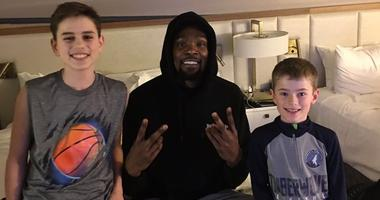 VIDEO: KD surprises 3 kids by delivering a pizza to their hotel room after elevator meeting