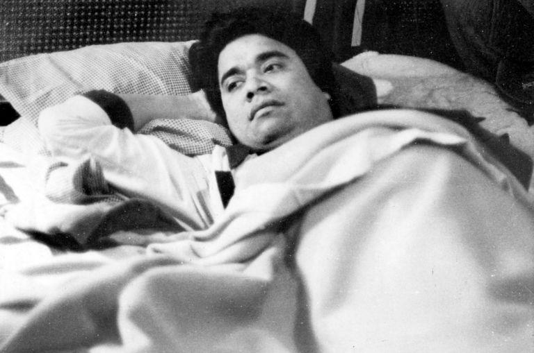 El vocero de la iglesia católica y brazo derecho del obispo Miguel Obando Bravo, convalece en su cama después de ser golpeado y exhibido desnudo ante la televisión estatal sandinista. LA PRENSA/ ARCHIVO
