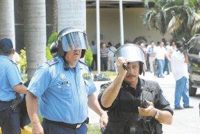 Los policías se vieron reducidos al ridículo, obligados por sus jefes a proteger a los agresores que destruían todo a su paso. LA PRENSA/ MANUEL ESQUIVEL