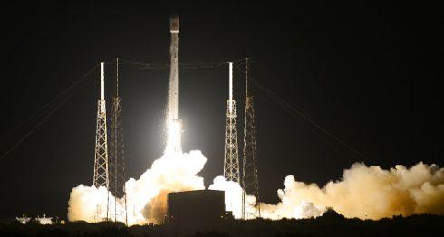 El cohete de SpaceX Falcon 9 durante su despegue en Cavo Cañaveral, en Florida. LA PRENSA/AP
