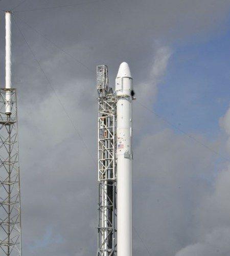 El cohete espacial SpaceX Falcon 9 tiene la misión de llevar alimentos a la Estación Espacial Internacional. LA PRENSA/AFP/Bruce Weaver