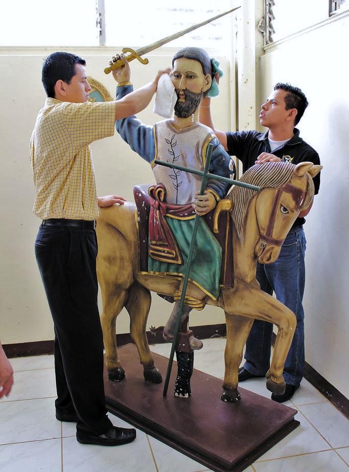 """Este retablo de madera de Santiago es la imagen más antigua que se conoce del patrono oficial de Managua.  La figura se encuentra en el Seminario Mayor La Purísima. Hasta las primeras décadas del siglo pasado a este apóstol se le celebraba igual que en la fiesta de """"Mingo"""". LA PRENSA/AMALIA MORALES"""