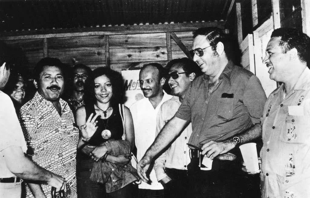 Rosario Murillo con Pedro Joaquín Chamorro, entre otros, cuando Murillo trabajó como secretaria de él en LA PRENSA. LA PRENSA/Archivo