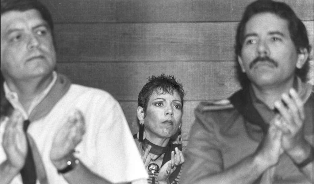 De izquierda a derecha: Sergio Ramírez Mercado, Rosario Murillo y Daniel Ortega, el 24 de septiembre de 1989 en la convención sandinista en la que se eligió a Ortega y Ramírez como candidatos para las elecciones de 1990. LA PRENSA/Archivo.