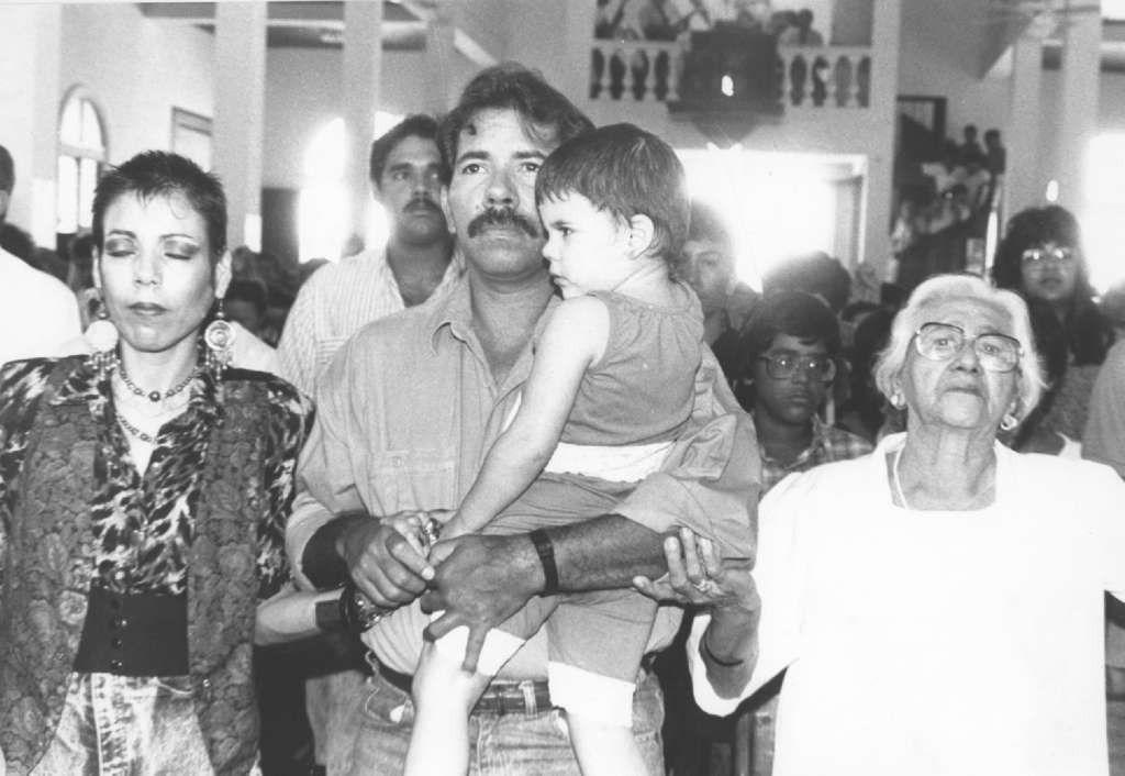 Rosario Murillo junto a Daniel Ortega y Lidia en una misa ofrecida por el Cardenal Obando. LA PRENSA/ Archivo