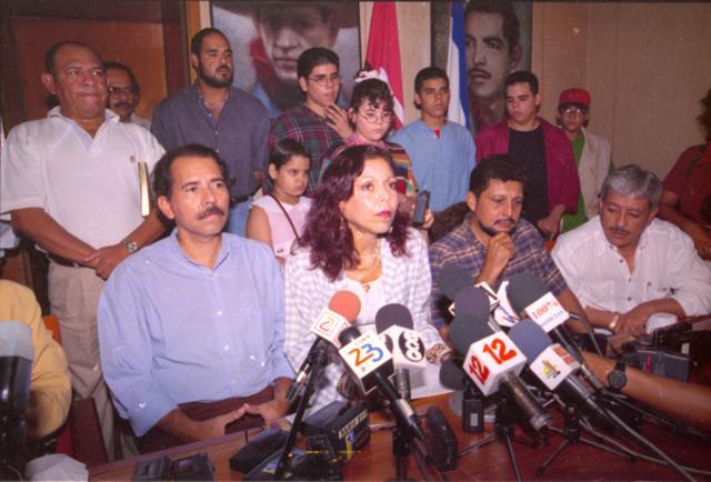 Rosario Murillo y Daniel Ortega junto a todos sus hijos durante la conferencia de prensa que ofrecieron en 1998 en la que Murillo aseguró que su hija era una mitómana, al acusar a su padrastro, Daniel Ortega, de violación sexual. LA PRENSA/ Archivo.