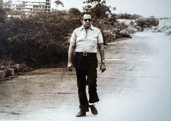 La famosa fotografía de Pedro Joaquín Chamorro caminando en los escombros de Managua fue tomada por su primogénito Pedro Joaquín Chamorro Barrios. LA PRENSA/ Cortesía de la familia Chamorro