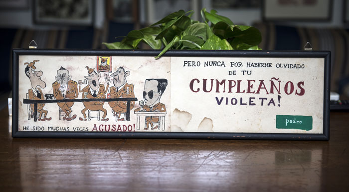 Dibujo de Pedro Joaquín Chamorro para su esposa Violeta Barrios, burlándose del Estado Mayor Somocista y felicitándola a ella. LA PRENSA/ Cortesía familia Chamorro