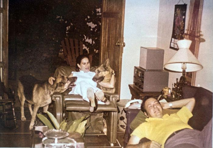 Violeta Barrios de Chamorro, con sus dos pastores alemanes, Katanga y Kazongo, acompañan a Pedro Joaquín en la sala de su hogar. LA PRENSA / Cortesía familia Chamorro.